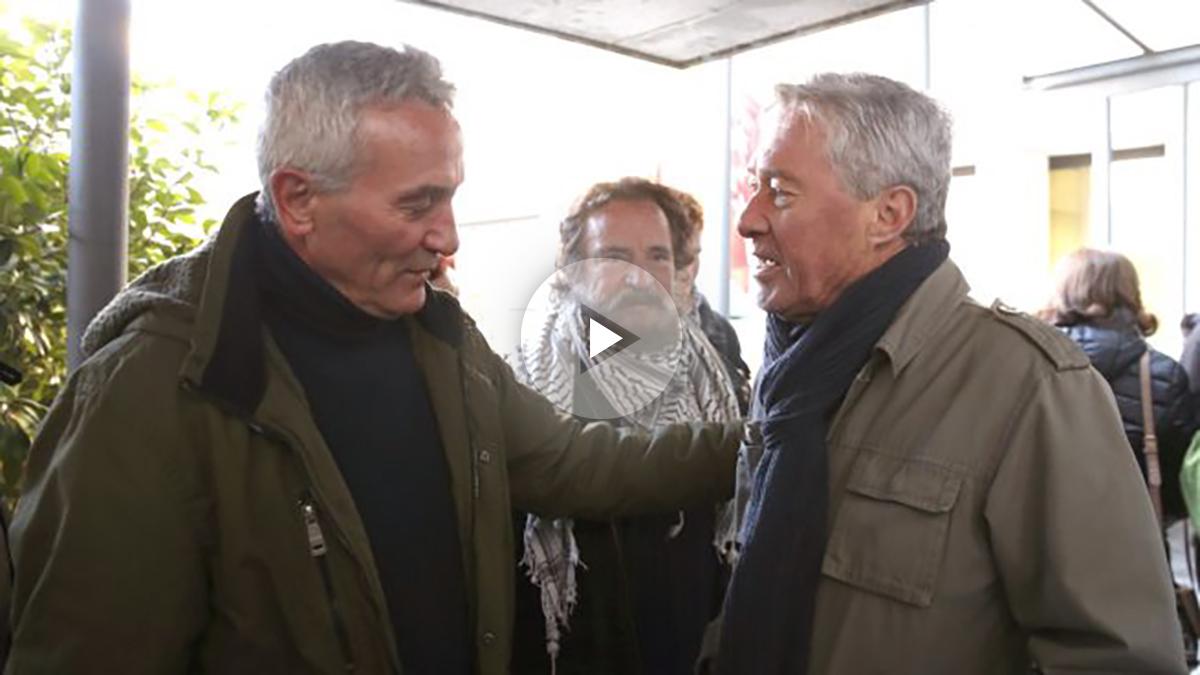 El diputado de Podemos Diego Cañamero acompaña a Jorge Verstrynge a la entrada del juicio contra el asesor de Pablo Iglesias. (EFE)