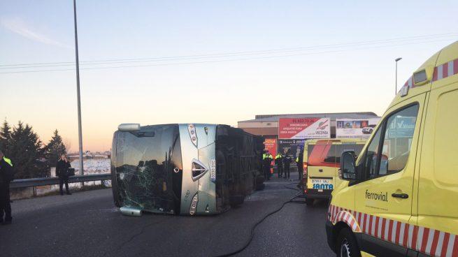 El vuelco de un autobús escolar en Fuenlabrada acaba en susto con 17 heridos leves
