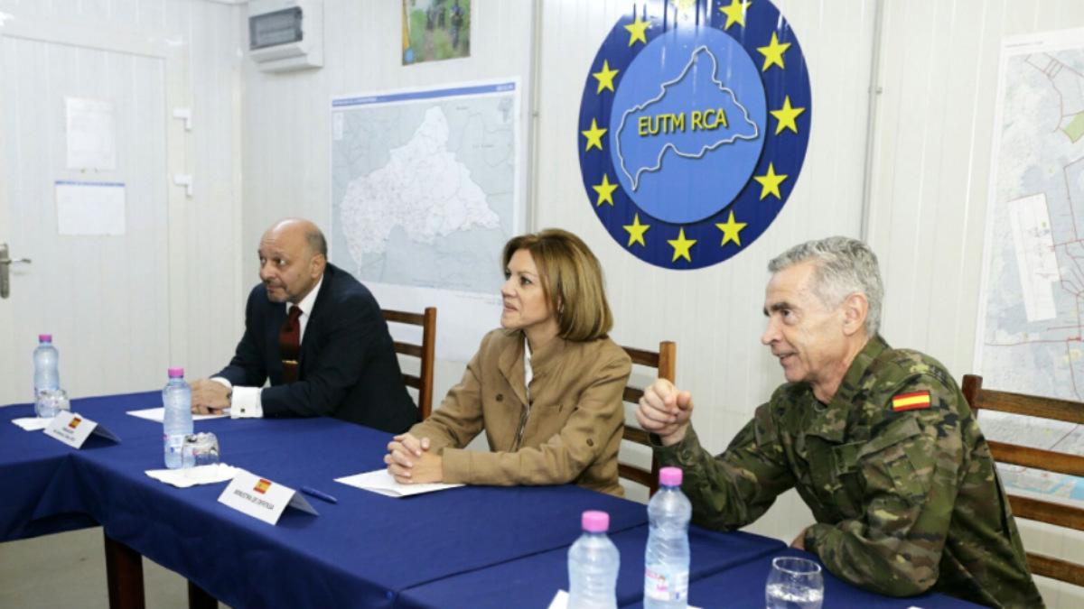 La ministra Cospedal, en su visita a las tropas españolas en Bangui (República Centroafricana). (Foto: TW Defensa)