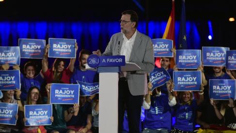 El presidente del PP, Mariano Rajoy, en un acto del partido con las banderas española y europea. (Foto: AFP)