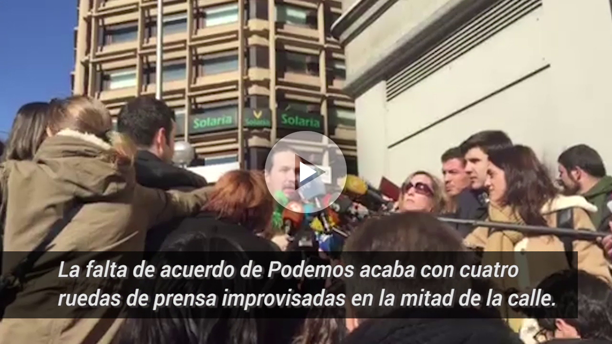 El líder de Podemos, Pablo Iglesias, dando una rueda de prensa en plena calle. (Foto: Nuria Val)