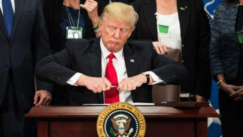 Trump en el momento de firmar la orden para construir el muro entre EEUU y México (Foto: AFP)