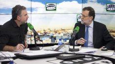 Carlos Alsina entrevista a Mariano Rajoy en Onda Cero. (Foto: EFE)