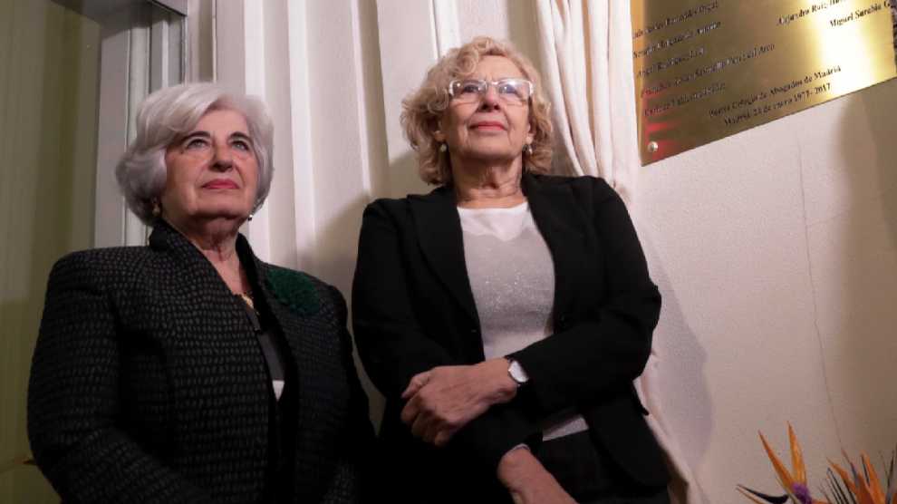 Carmena y la presidenta del comisionado de Memoria Histórica, Paca Sauquillo. (Foto: Madrid)