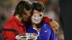 Nadal consuela a Federer tras ganarle en Australia 2009. (Getty)