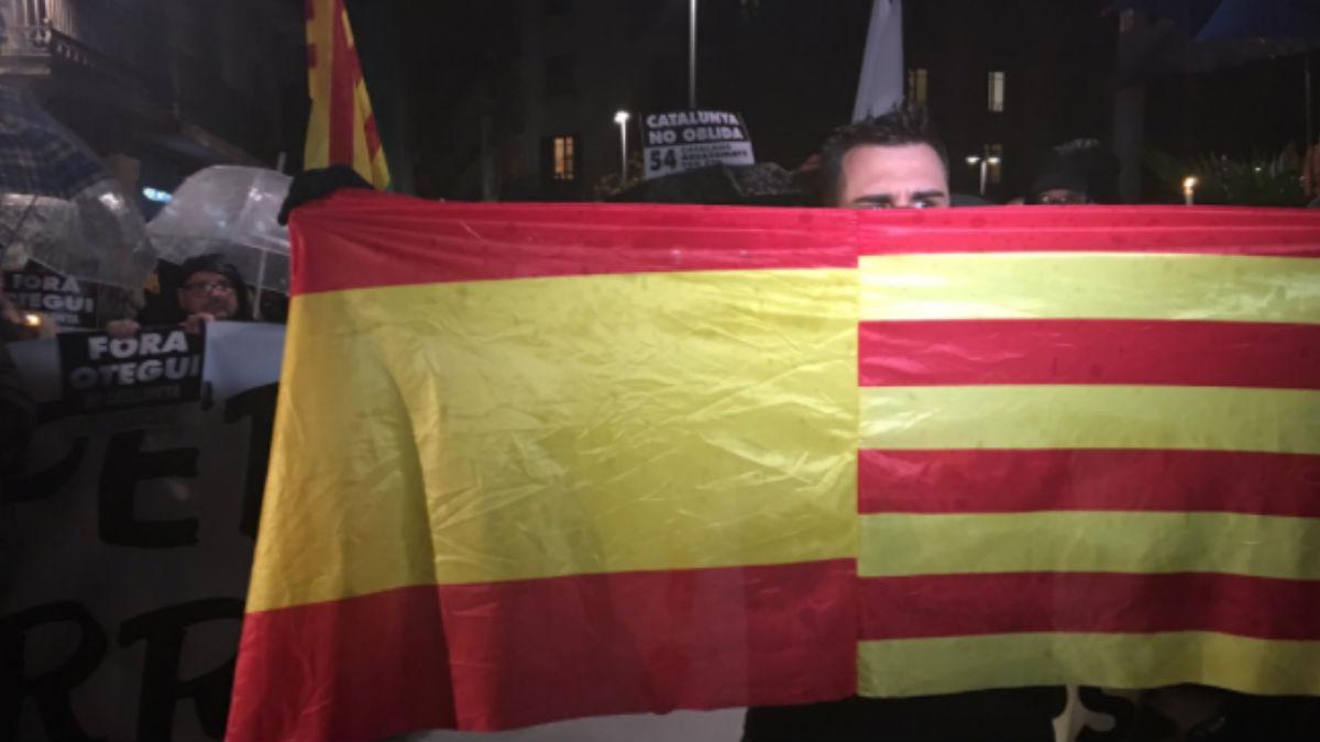 Plataformas protestan contra el acto de Otegi en Barcelona. (Foto: Twitter)