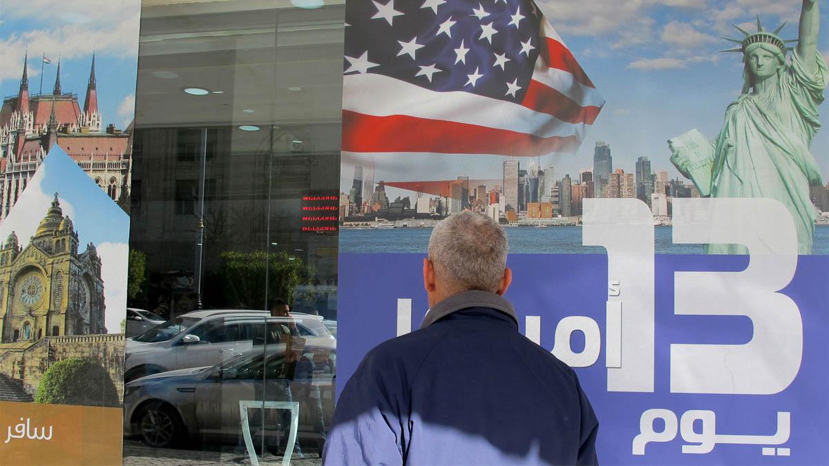 Un cartel en Irak promocionando viajes a Estados Unidos (Foto: AFP)