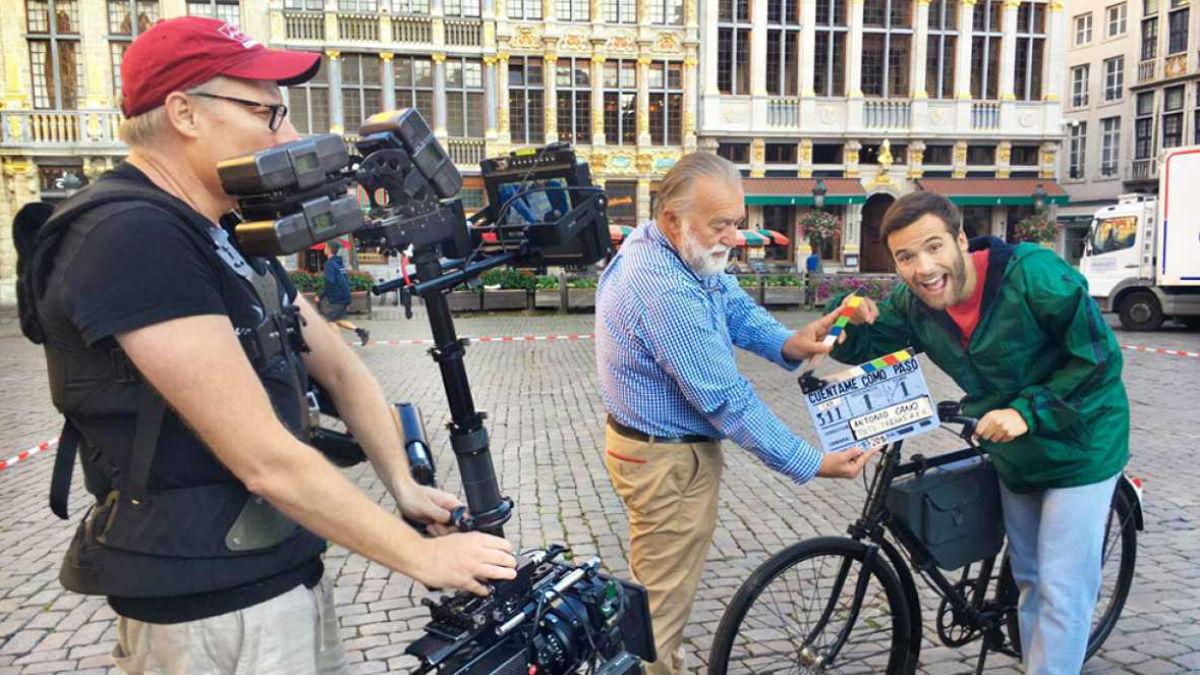 Ricardo Gómez, durante el rodaje del primer episodio de la 18ª temporada de 'Cuéntame' en Bruselas. (Foto: TVE)