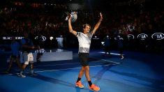 Roger Federer saluda al público de Australia, que tanto le ha apoyado. (Getty)