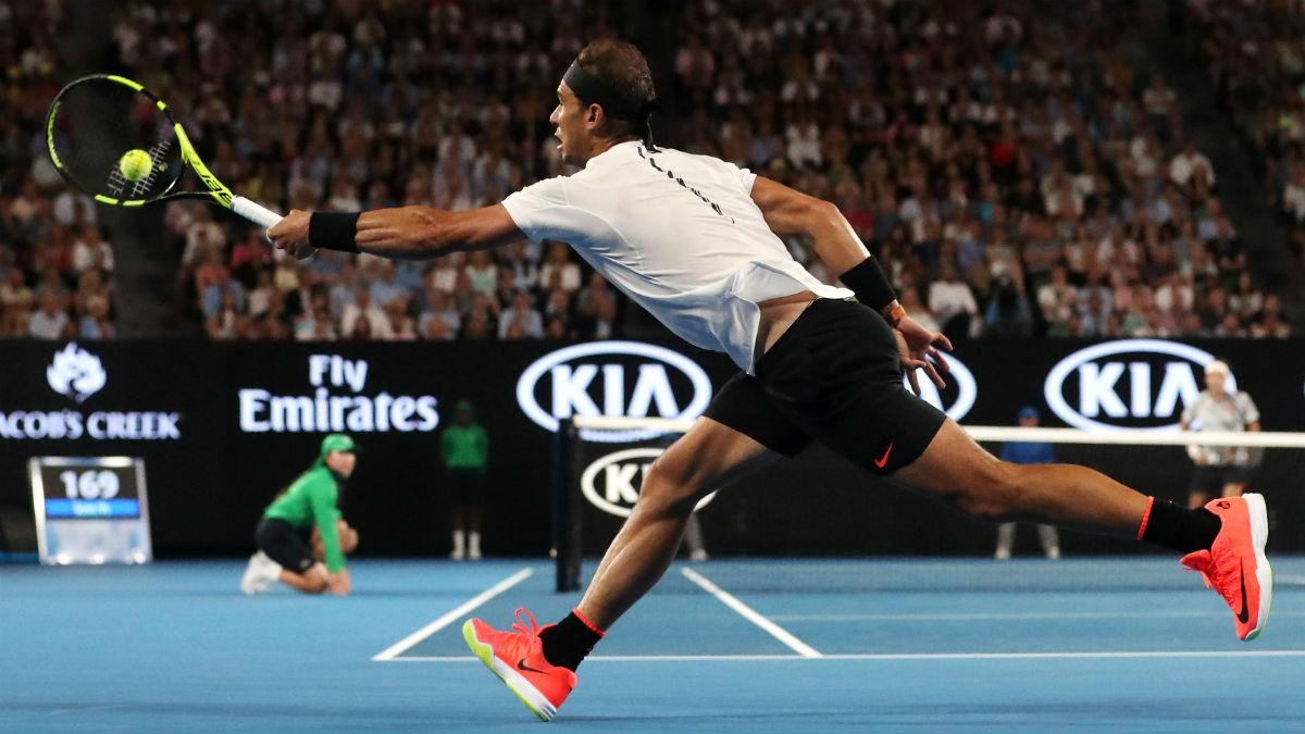 Nadal intenta devolver un saque de Federer. (Getty)