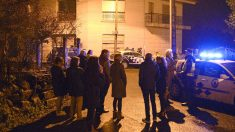 Policías y vecinos junto a la vivienda donde fue encontrada muerta la mujer (Foto: Efe).