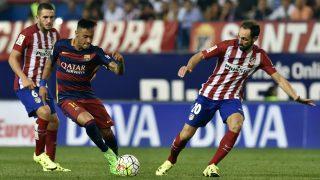 Neymar y Juanfran pelean por un balón en un Atlético vs Barcelona. (AFP)