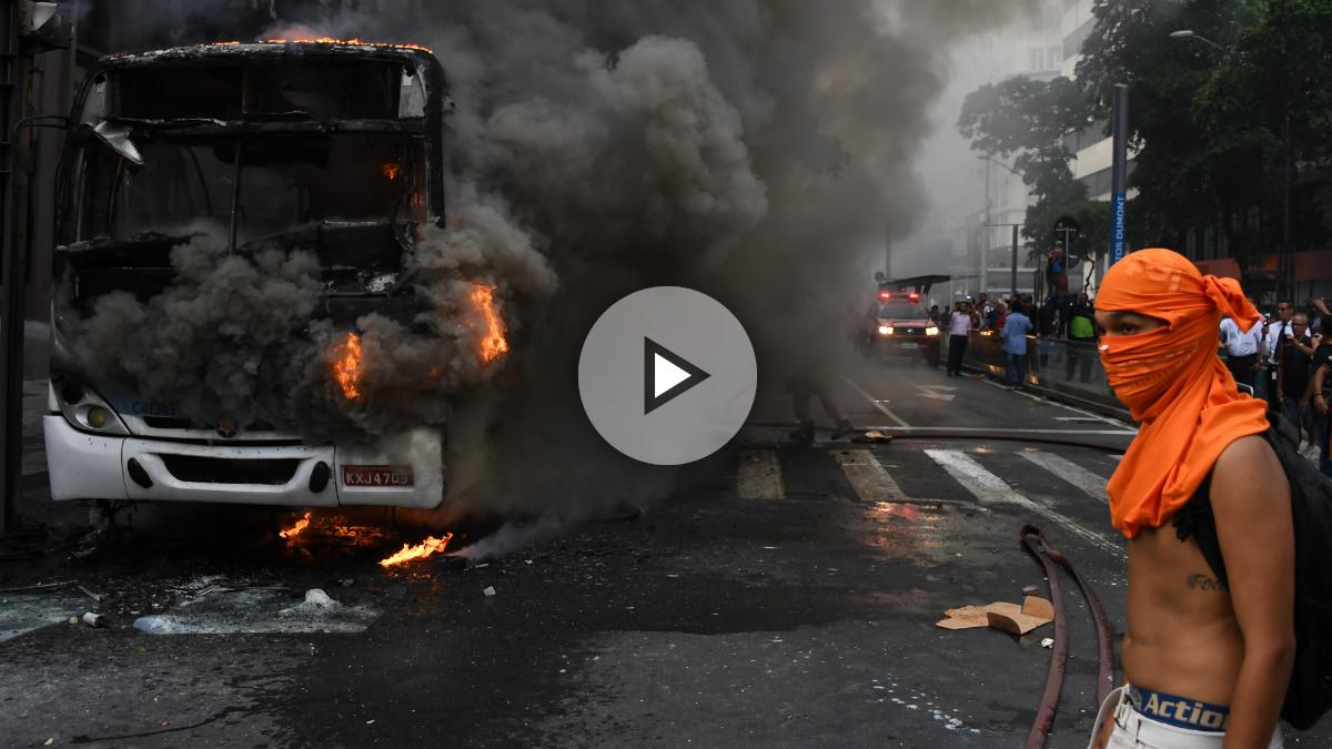 Un autobús arde en las calles de Río de Janeiro durante la manifestación de funcionarios contra los recortes. (Foto: AFP)
