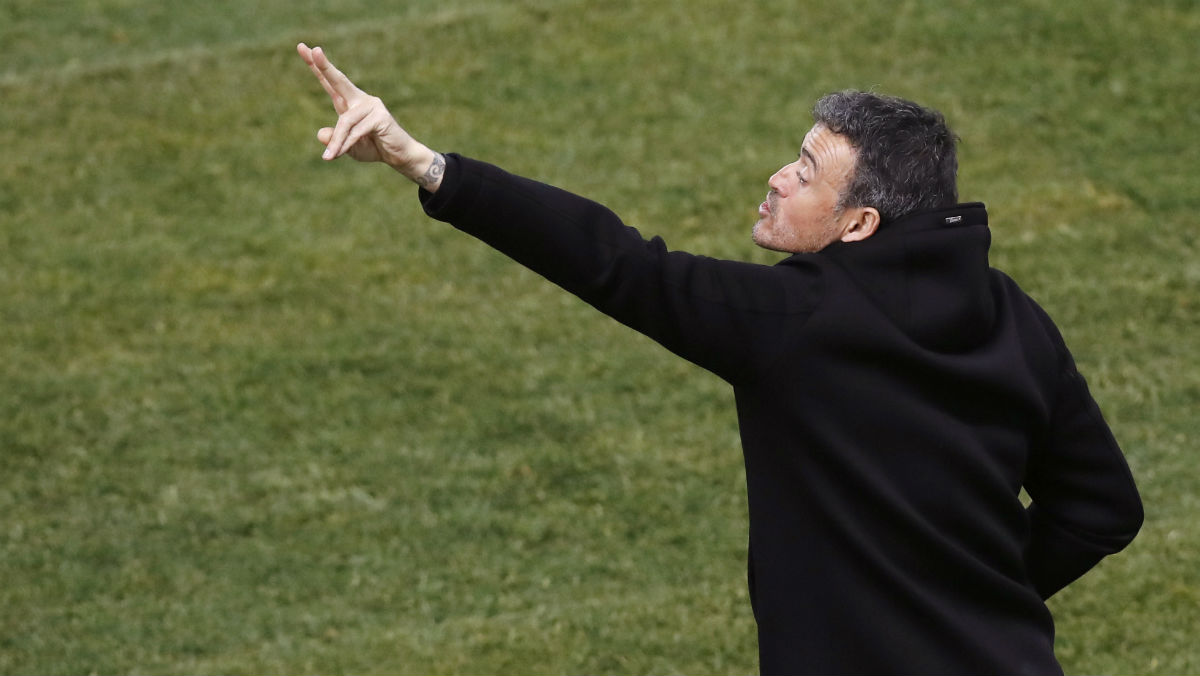 Luis Enrique da indicaciones durante el Atlético-Barcelona. (EFE)