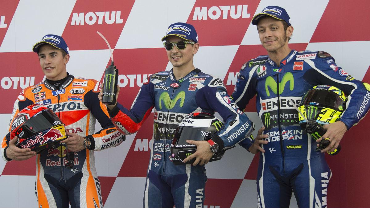 Marc Márquez, Jorge Lorenzo y Valentino Rossi en el podio tras una victoria del mallorquín en Yamaha. (Getty)