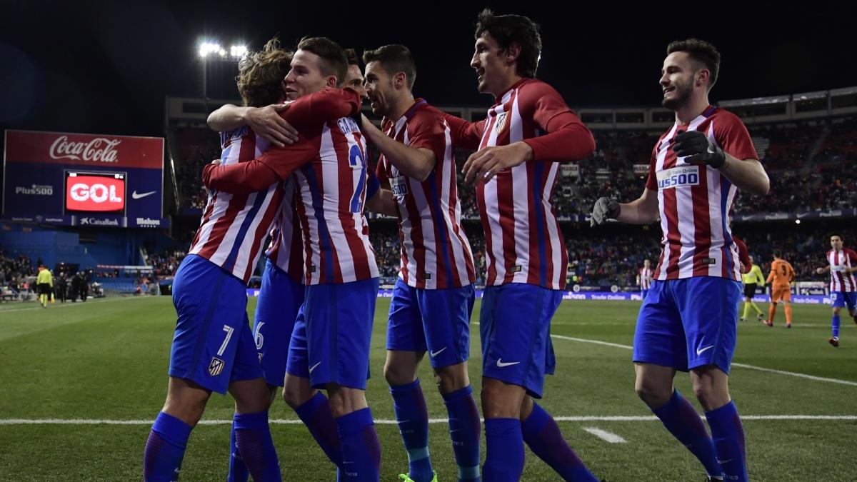 Los jugadores del Atlético de Madrid celebran un tanto en el Vicente Calderón