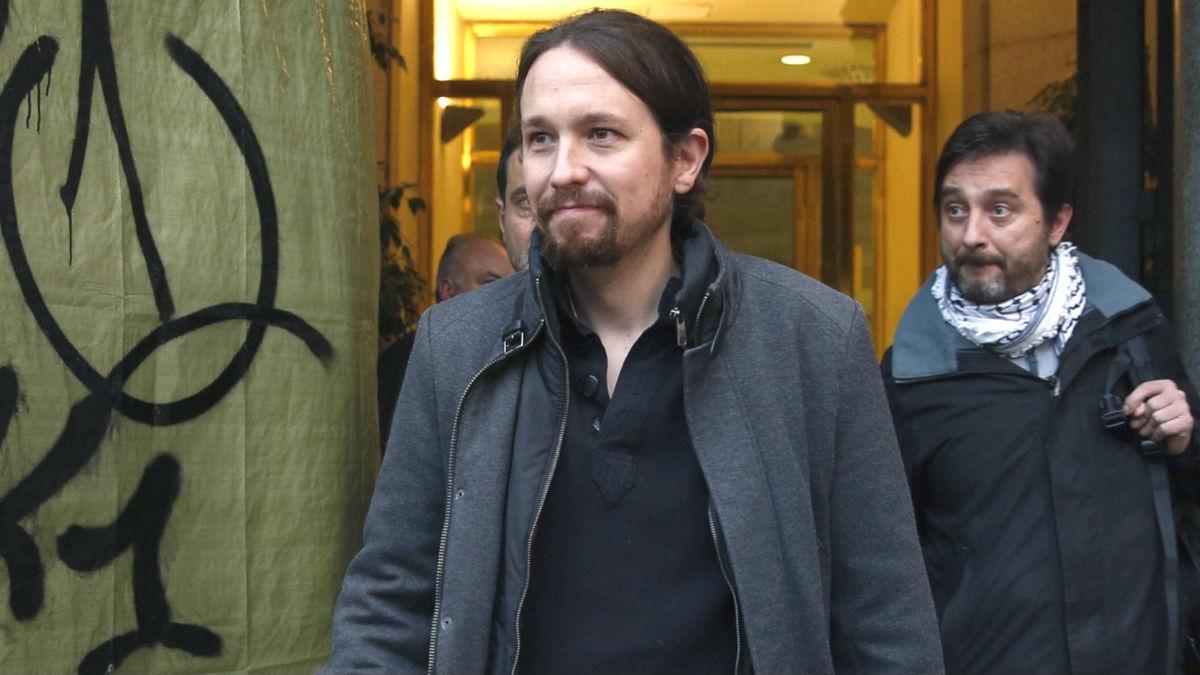 El líder de Podemos Pablo Iglesias y su compañero de partido Rafael Mayoral (d) (Foto: Efe)