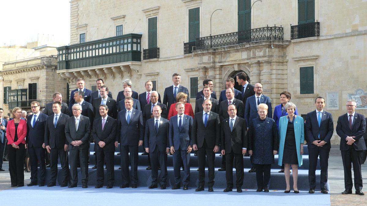 Foto de familia de los dirigentes europeos reunidos en Malta (Foto: AFP).