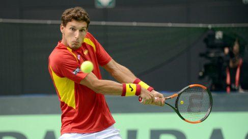 Pablo Carreño golpea una bola. (AFP)