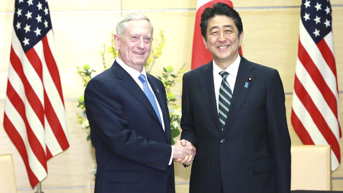 El secretario de Defensa estadounidense James Mattis y el primer ministro japonés  Shinzo Abe (Foto: AFP).