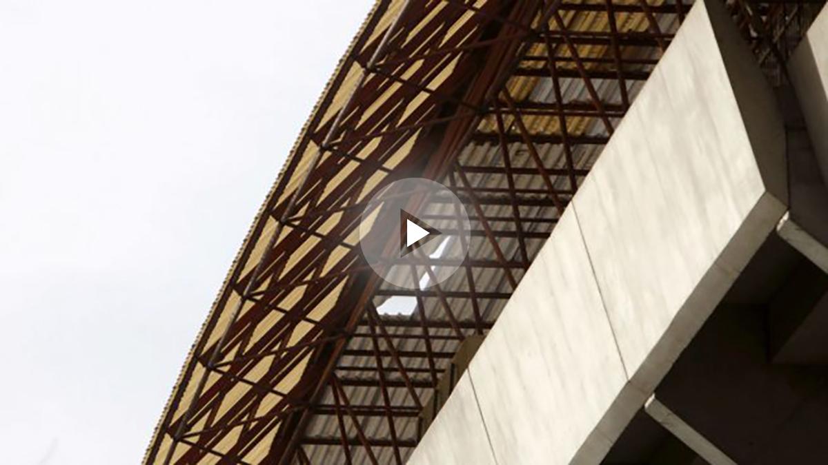 Cubierta del estadio de Riazor dañada por el temporal. (EFE)