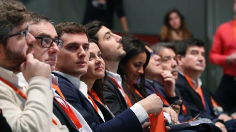 Rivera, rodeado de su Ejecutiva, en la Asamblea de C's, este sábado.