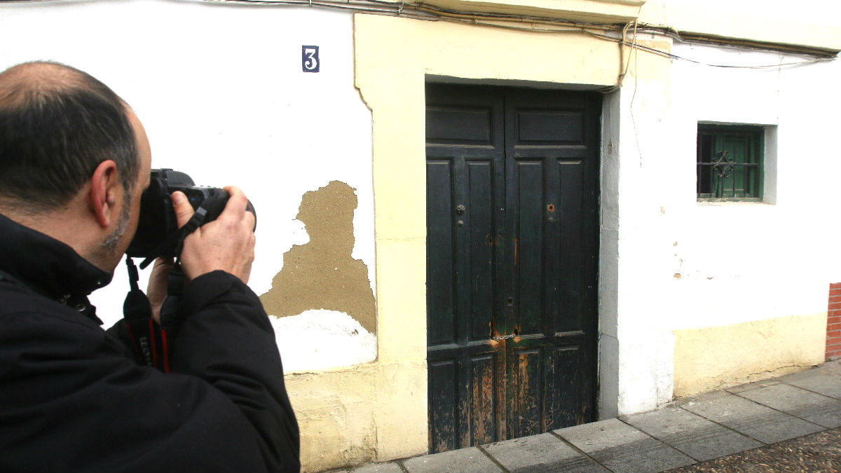 Fachada de la vivienda en la que se encontró el cadáver (Foto: Efe).