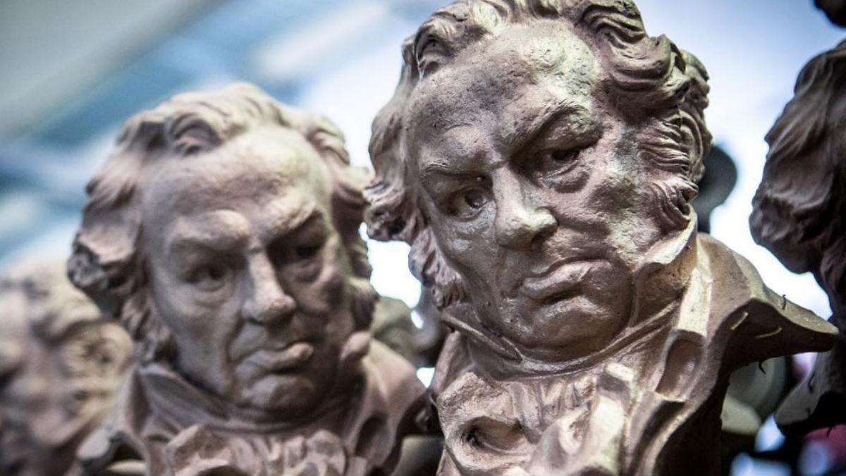 Dos estatuillas de los Premios Goya. Un Goya pesa 2,5 kilos y mide 32 cm de alto y 16 de ancho. Foto: IG @academiadelcine