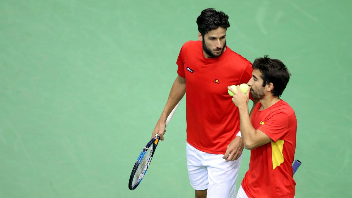 Feliciano López y Marc López conversan antes de un punto. (AFP)