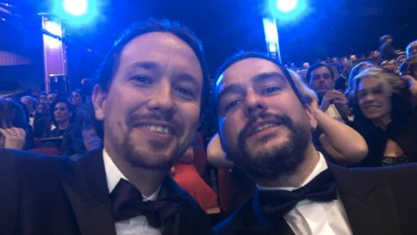 Pablo Iglesias, con su «amigo Denis Maguire», ha compartido este selfie en los Goya desde su Twitter.
