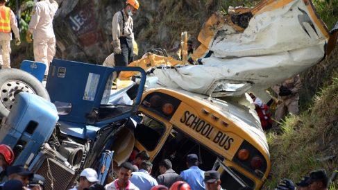 Estado en el que quedó el autobús que chocó con un camión en Honduras. (Foto: AFP)
