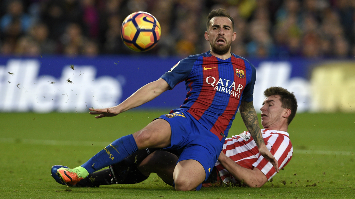 Paco Alcácer pugna por un balón con Laporte. (AFP)
