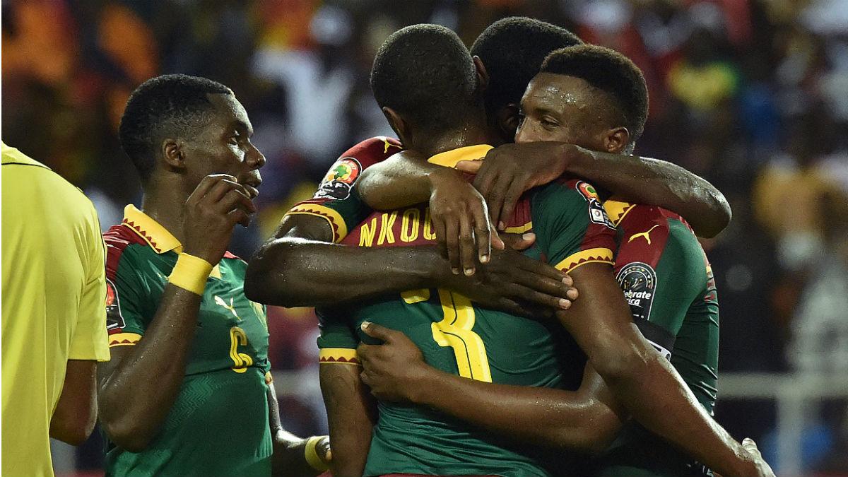 Camerún celebra uno de los goles en la final de la Copa de África. (AFP)