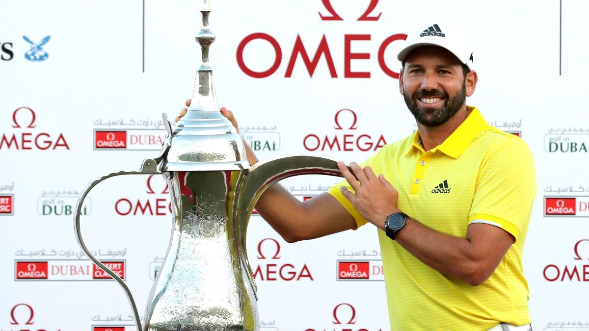 Sergio García con el trofeo conquistado en Dubái (Foto: AFP).