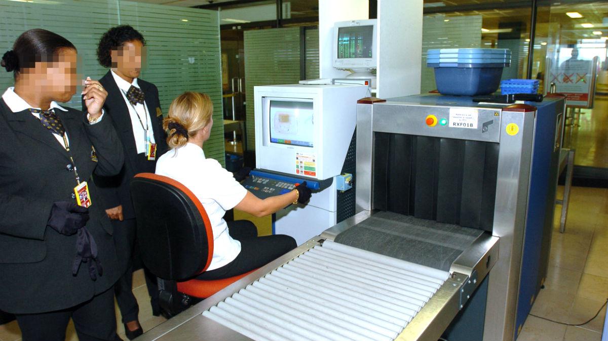 El personal de seguridad maneja un escáner en el aeropuerto de Orly (París).