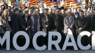 Artur Mas y el resto de acusados, acompañados del presidente Puigdemont, a la entrada del juicio por el 9N. (EFE)