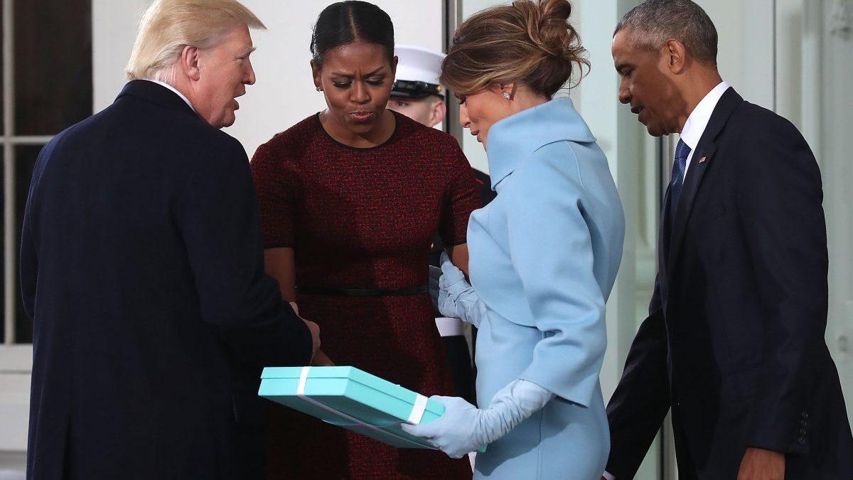 Melania Trump con un obsequio de Tiffany para Michelle Obama el día de la ceremonia de investidura de su marido (Foto: Getty)