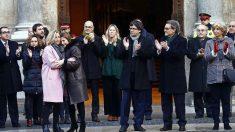 Carles Puigdemont y su Govern arropan a Artur Mas, Joana Ortega e Irene Rigau. (Foto: EFE)