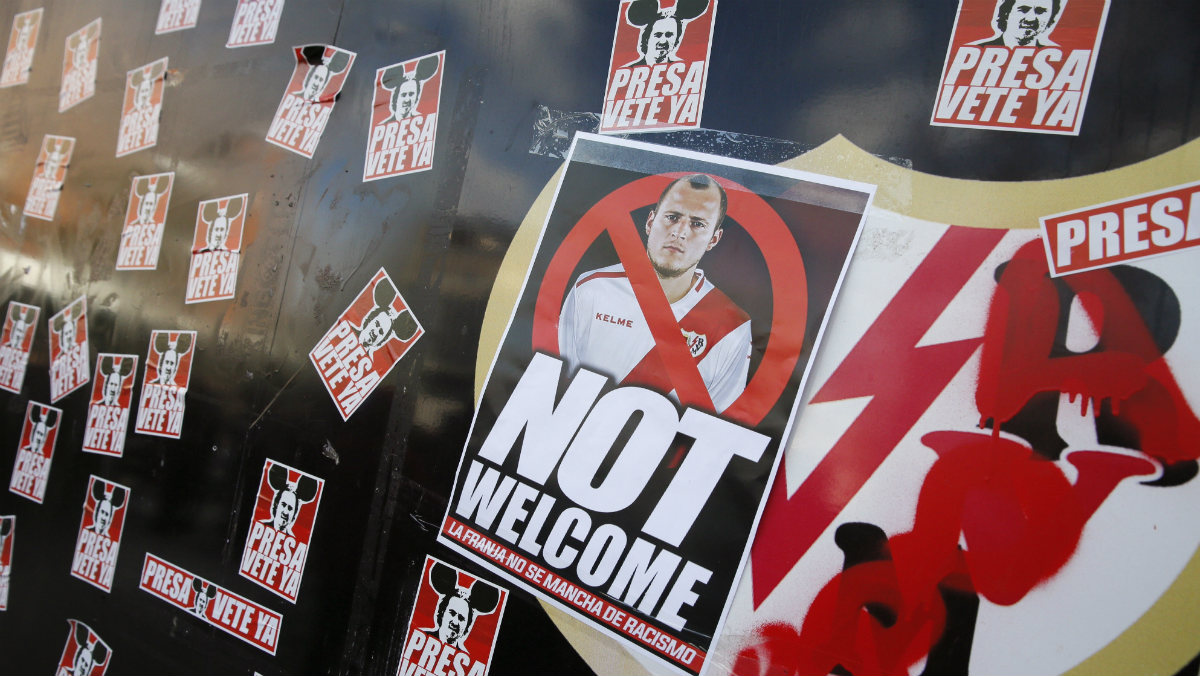 Pancartas contra Zozulya en Vallecas. (EFE)