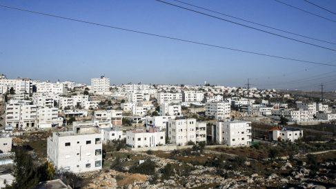 Vista del asentamiento israelí de Givat Harsina desde Hebrón, en Cisjordania (Foto: AFP)