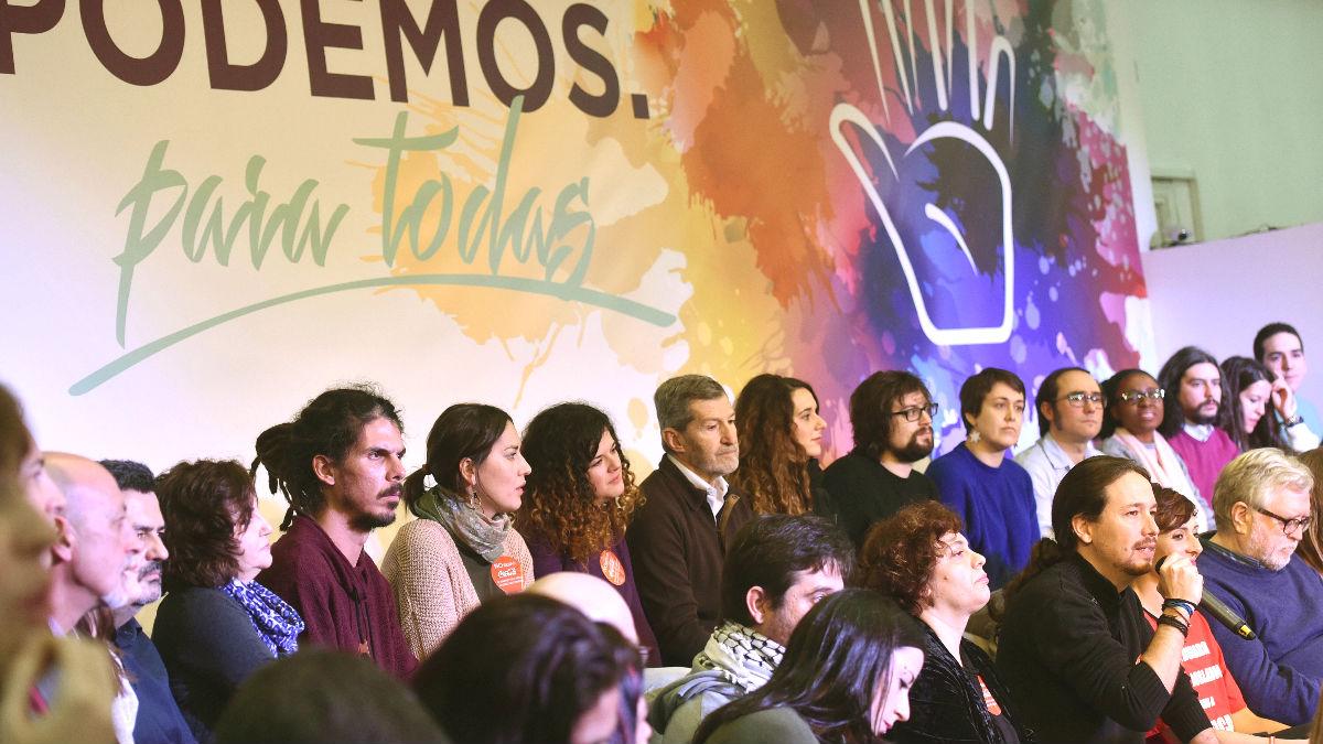 El secretario general de Podemos, Pablo Iglesias (d, abajo)), durante el acto de presentación de su candidatura, «Podemos para todas» (Foto: Efe)