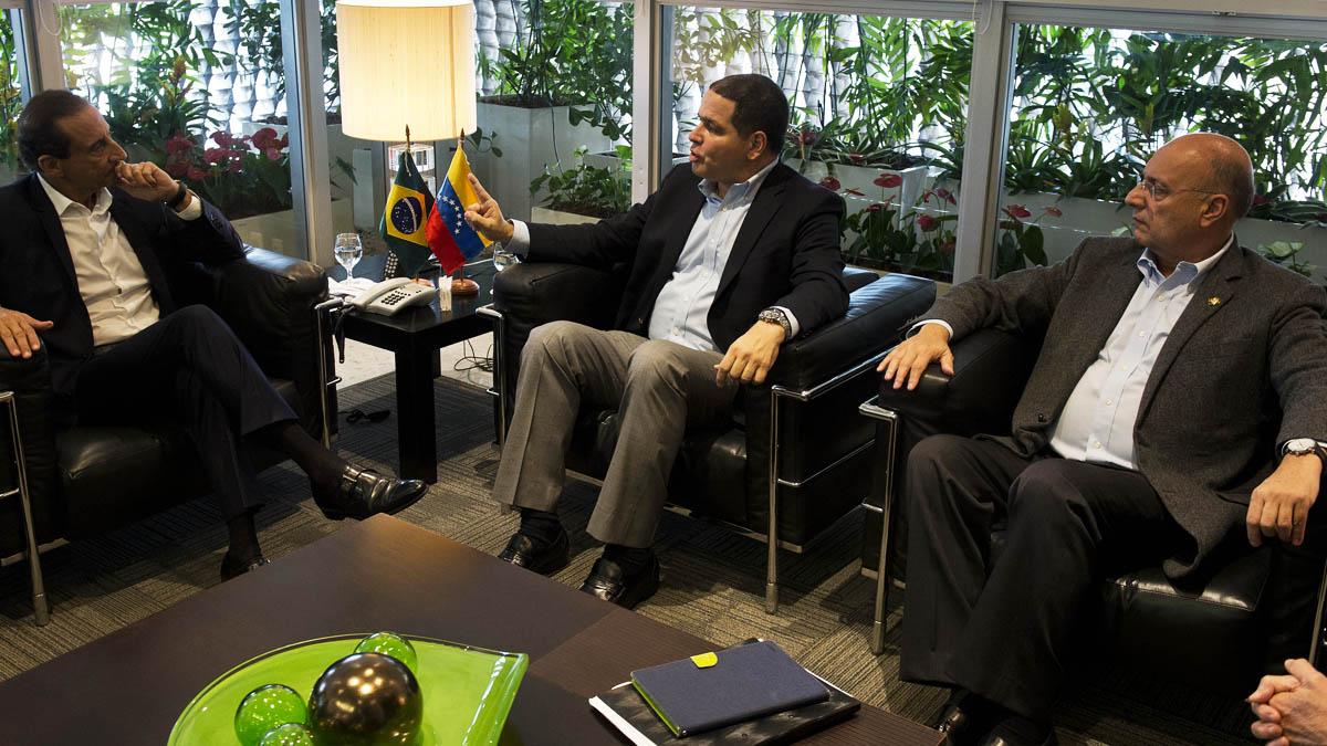 A la derecha, los diputados opositores venezolanos Luis Florido y Williams Dávila (Foto: AFP)