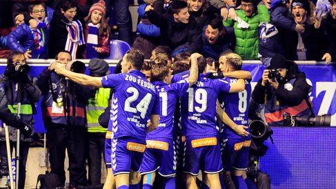 Los jugadores del Alavés celebran el tanto de Edgar Méndez