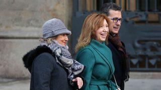 La ex directora del instituto Pedraforca de Hospitalet de Llobregat, Dolores Agenjo (centro) (Foto: EFE)