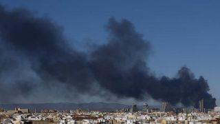 La nube de humo tóxico en Paterna. Foto: EFE