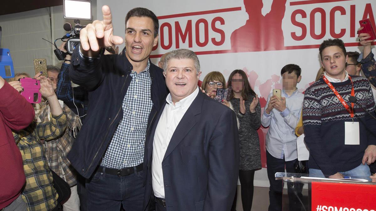 Pedro Sánchez y José Vélez, alcalde de Calasparra (Foto: EFE)