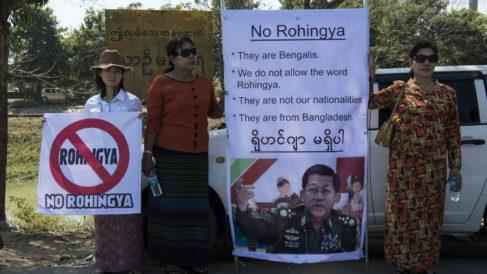 Unas mujeres participan en una manifestación que pide la expulsión de la minoría musulmana rohingya de su país. Foto: AFP