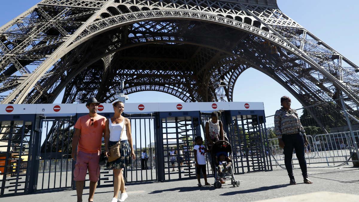 El muro de cristal antibalas alrededor de la Torre Eiffel sustituirá las rejas instaladas durante la Eurocopa 2016. (AFP)