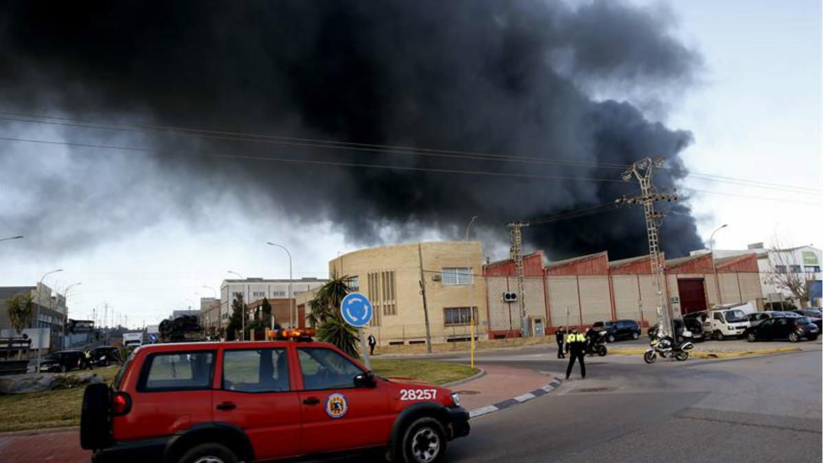 Una unidad de Bomberos permanece en la zona donde se declaró el incendio, en una planta química de Paterna (Valencia). Foto: EFE
