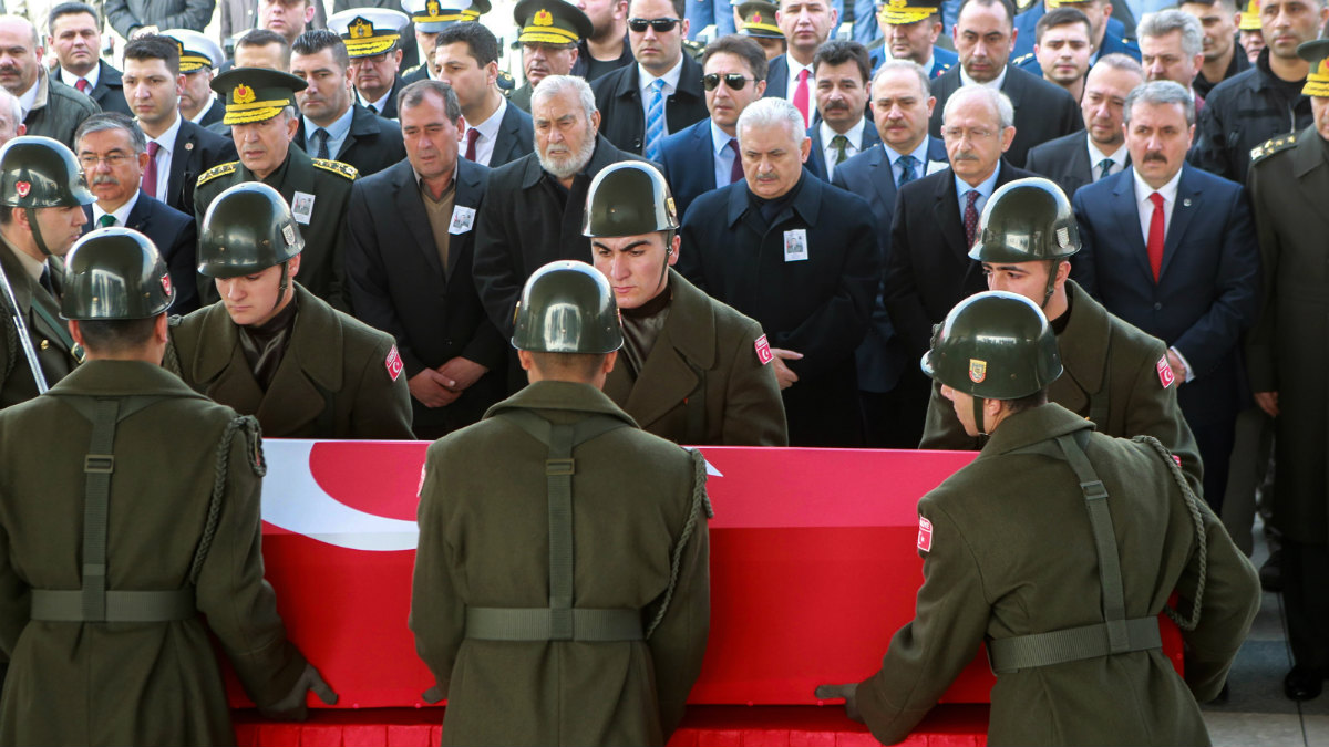 Honores militares a un soldado turco caído en Siria, en l localidad de Al Bab, cerca de Alepo. (AFP)